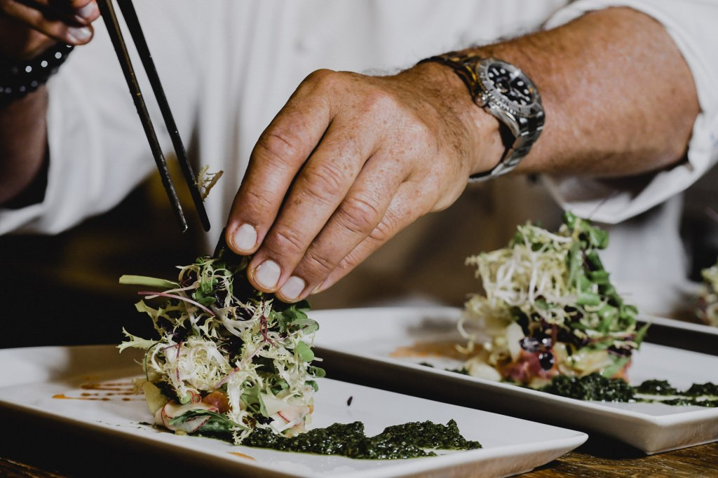 Fischspezialität mit Salat im Poisson
