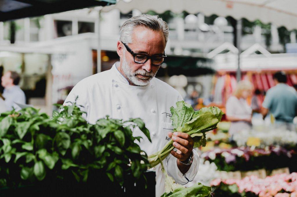 Ralf Marhencke kauft frische Zutaten auf dem Wochenmarkt