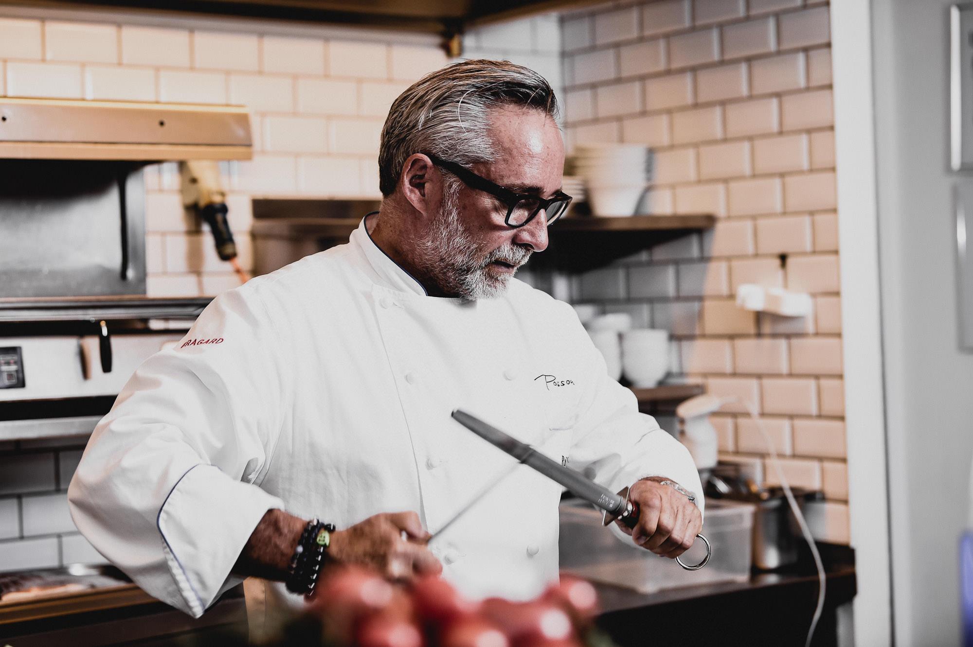 Küchenchef Ralf Marhencke schleift die Messer