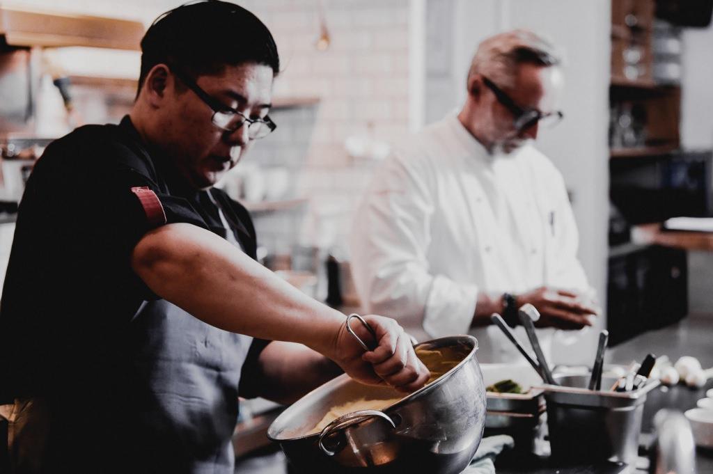 Köche des Poissons bei der Zubereitung eines Gerichts