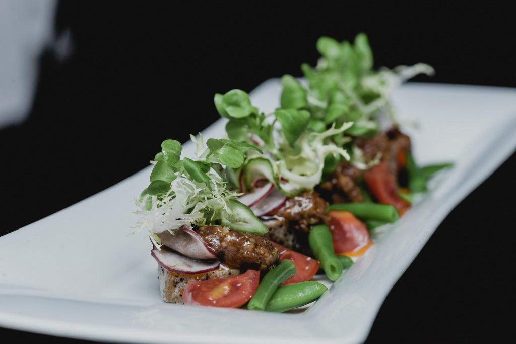 Bunte Fischkreation mit Bohnen und Salat