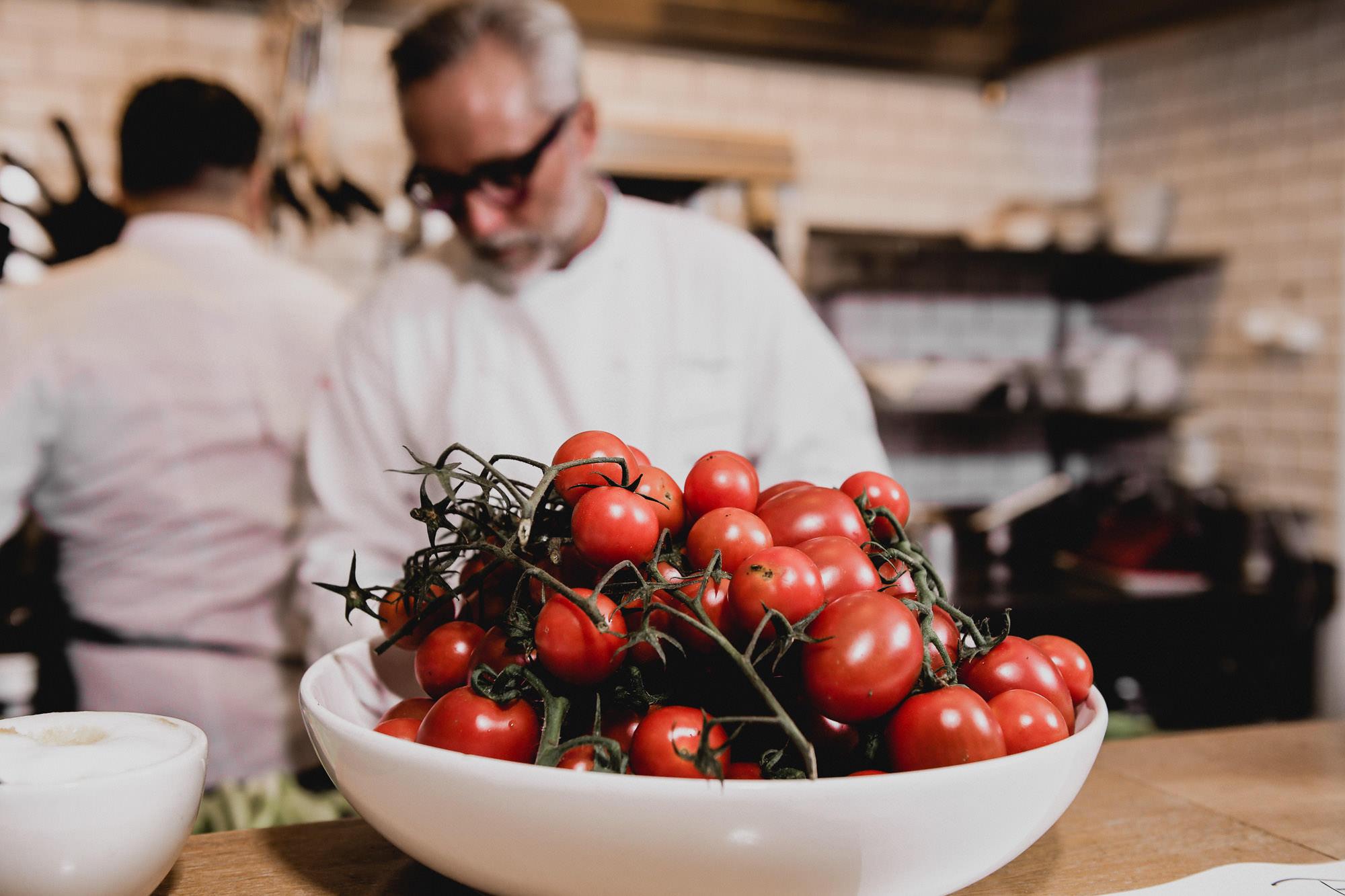 Frische Tomaten in einer Schüssel angerichtet