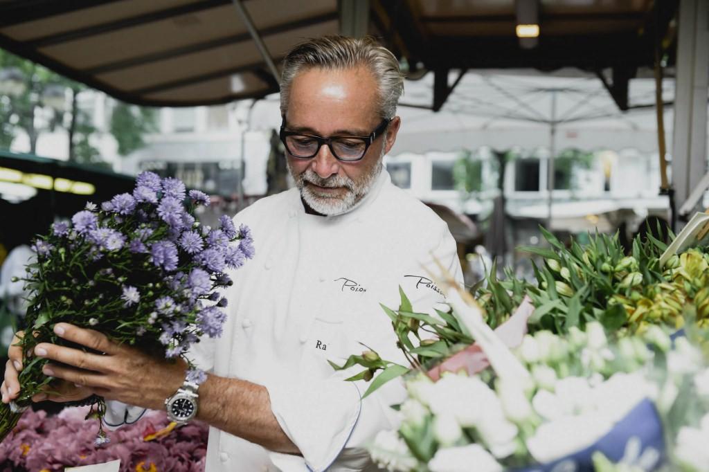 Der Chef des Poissons beim Kauf frischer Blumen