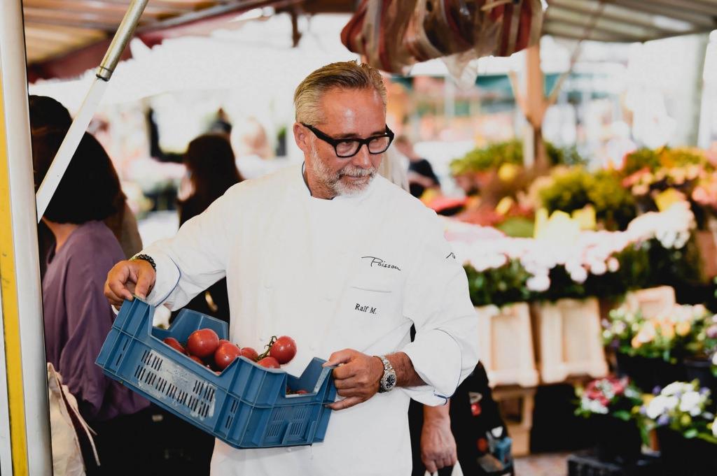 Ralf Marhencke beim Kauf frischer Tomaten